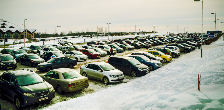 парковка с машинами в снегу