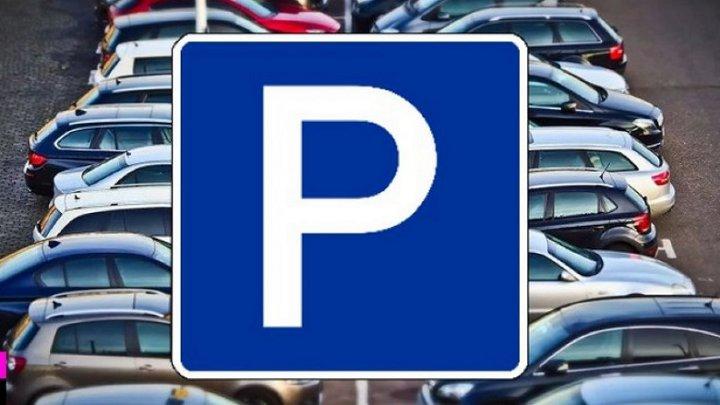 знак парковки на фоне машин