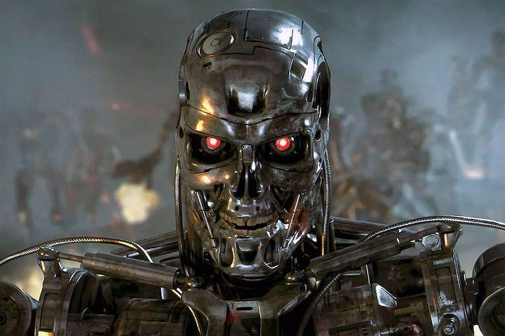 Робот с красными глазами
