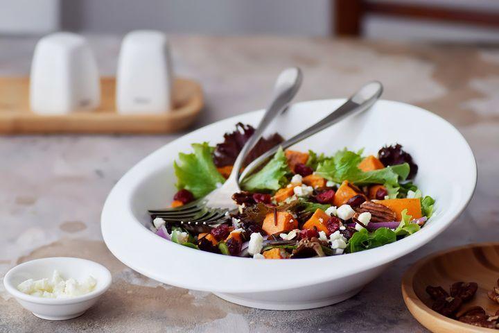 Салат с бататом и клюквой