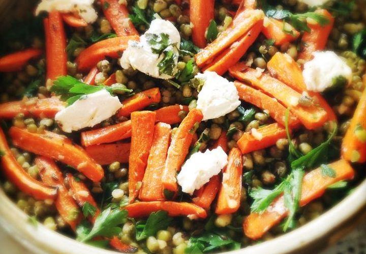 Салат из жареной моркови и фасоли с сыром фета