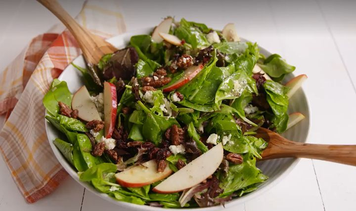 Яблочный салат с карамелизированными грецкими орехами