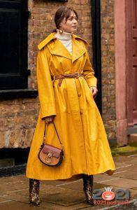 Яркий кожаный плащ - уличная мода 2020-2021