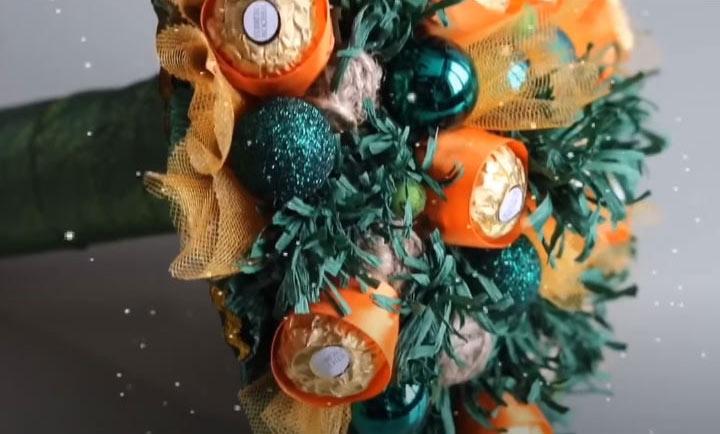 Новогодний букет из конфет на 2021 год своими руками