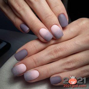 Нежный серо-розовый матовый гель-лак на 2021 год