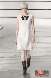 Коктейльное белое платье Шанель осень-зима 2020-2021