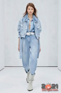 Модные светло-синие джинсы бананы 2021 года