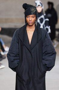 Модная шапка с помпоном сезона осень-зима 2020-2021