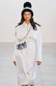 Модная шапка с большим помпоном сезона осень-зима 2020-2021