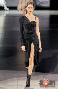 Длинное черное платье с разрезом и открытым плечом базового гардероба на 2021 год