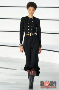 Длинное черное платье асимметрия для базового гардероба на 2021 год