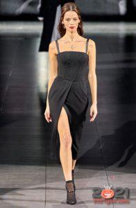 Длинное черное платье с высоким разрезом - идеи для базового гардероба на 2021 год