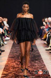 Короткое черное платье с оборками - идеи для базового гардероба на 2021 год