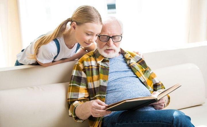 Девочка с дедушкой читает книгу