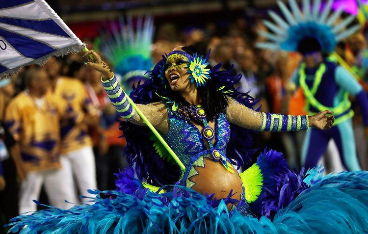 Беременная участница карнавала в Рио