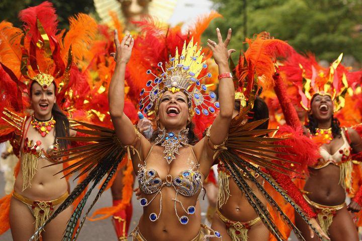 Танцовщица самбы на карнавале в Рио