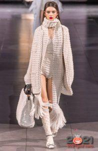 Вязаный шарф с длинной бахромой - тренд 2021 года