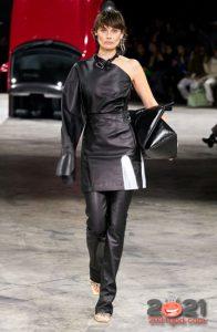 Короткая кожаная юбка и штаны - модные образы на 2021 год