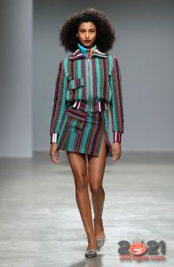Модная мини юбка с яркими полосками на 2021 год