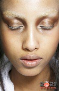 Модный золотой макияж на 2021 год