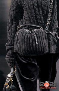 Черная вязаная сумка сезона осень-зима 2020-2021