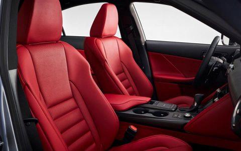 Первый ряд салона Lexus IS 2021