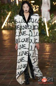 Модные принты пальто 2021 - буквы и надписи