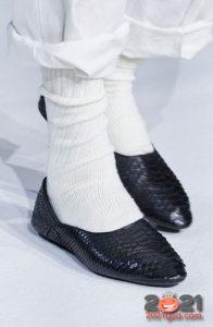 Черные кожаные туфли балетки (без каблука) в сезоне осень-зима 2020-2021
