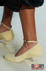 Светлые меховые туфли на 2021 год