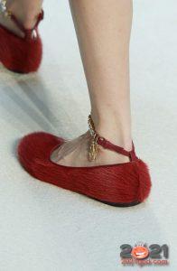 Красные меховые туфли на 2021 год