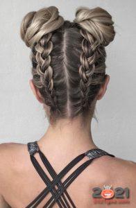 Парные пучки с косами - модные прически на 2021 год