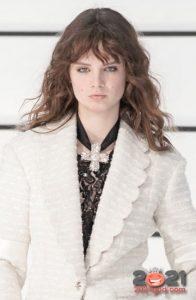 Распущенные волосы с легкой небрежностью - модные прически 2021 года