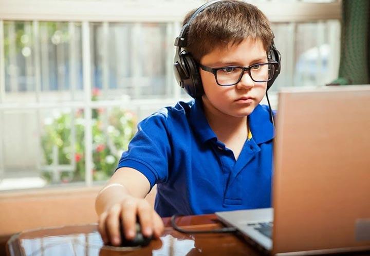 Школьник за компьютером