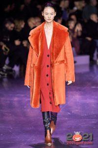 Модная оранжевая дубленка зима 2020-2021