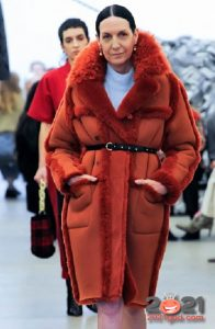 Модная яркая дубленка зима 2020-2021