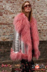 Красивая дубленка на 2021 год с длинным розовым мехом