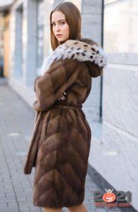 Шуба с опушкой из меха рыси - модные модели 2021 год