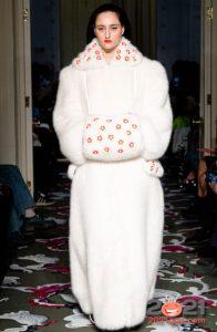 Модная белая шуба зимы 2020-2021