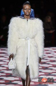 Модная белая шуба сезона осень-зима 2020-2021
