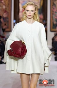 Модный белый кейп осень-зима 2020-2021
