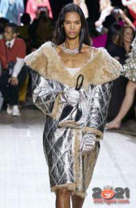 Модная серебристая дубленка осень-зима 2020-2021