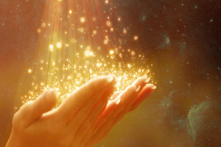 Золотая пыльца на руках