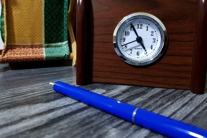 Часы и синяя ручка