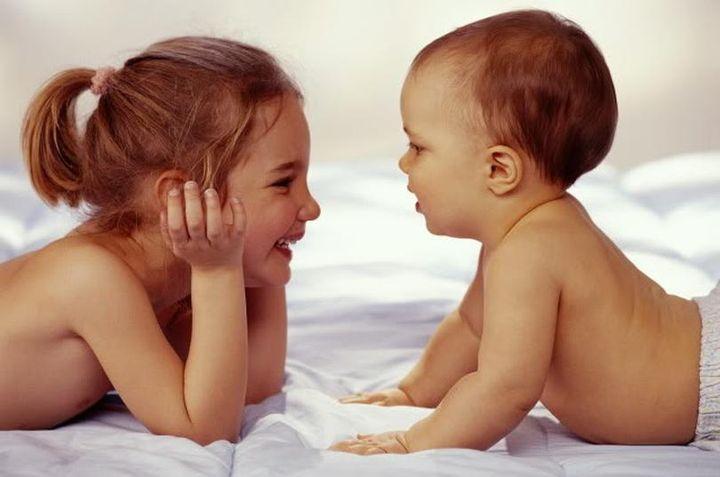 Двое маленьких детей