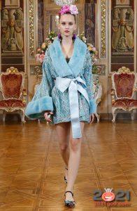 Короткий халат с меховой отделкой от Dolce & Gabbana зима 2002-2021