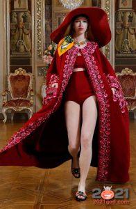 алый комплект с вышивкой от Dolce & Gabbana зима 2002-2021
