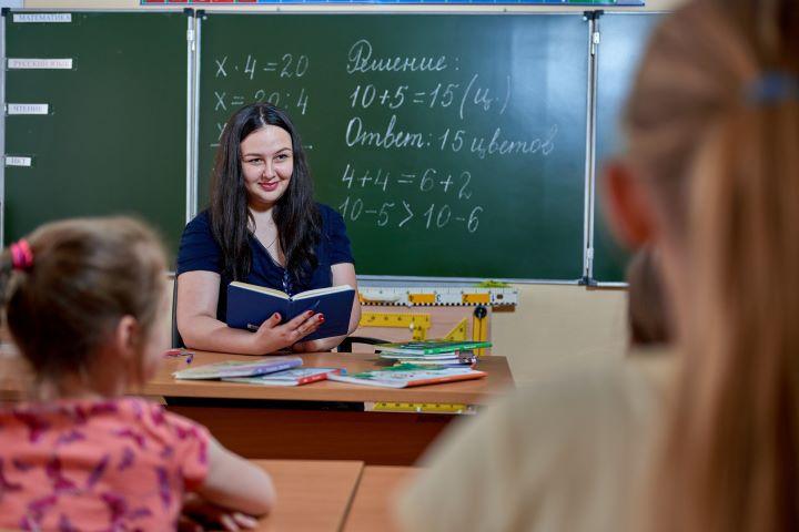 Учитель с журналом