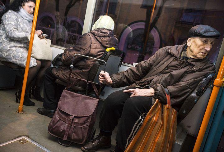 Пенсионеры едут в транспорте