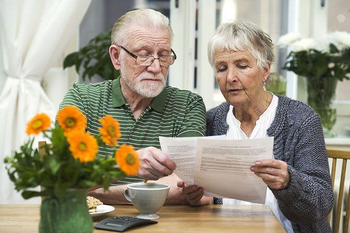 Пенсионеры с бумагами