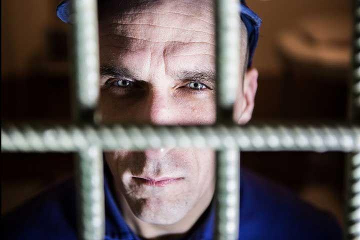 Заключённый за решёткй